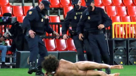 Гол мъж нахлу на мача Гранада и Манчестър Юнайтед
