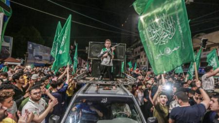 Палестинци в град Газа празнуват след влизане в сила на премирието.