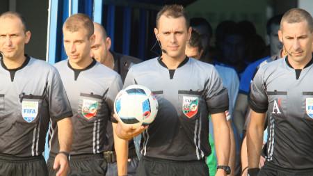Драгомир Драганов (с топката)