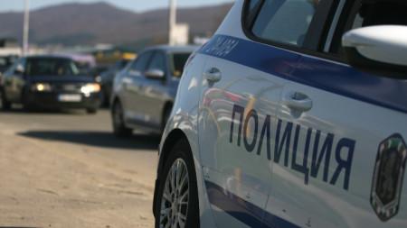 Движението в района се регулира от пътни полицаи.