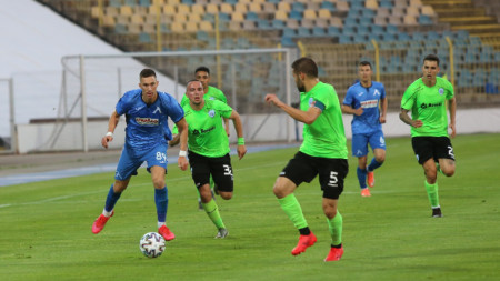 Левски направи обрат срещу Черно море в София снощи.
