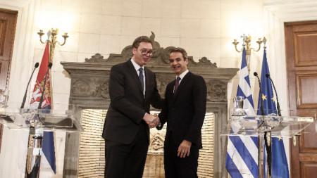 Сръбският президент Александър Вучич на срещата си с премиера на Гърция Кириакос Мицотакис в Атина.