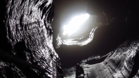 Входът на пещерата Колкина дупка прилича на кладенец,