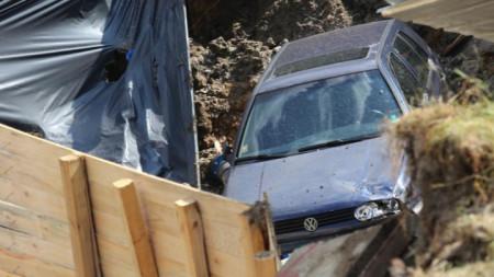 Пропадналата кола в изкопа при строежа в