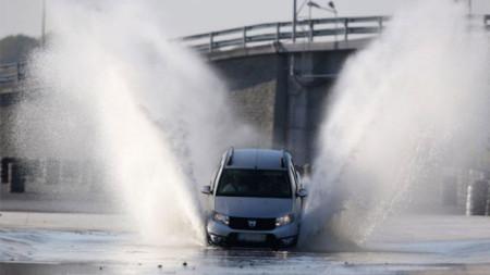 При шофиране с неподходящи гуми рискът от аквапланинг върху мокра настилка се увеличава