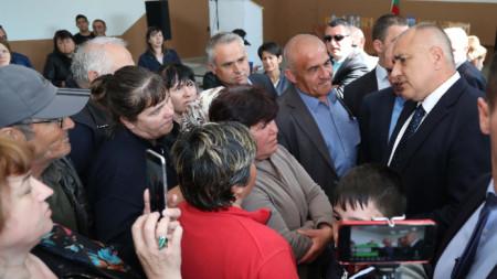 Бойко Борисов се срещна в село Пристое с протестиращи тютюнопроизводители.