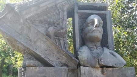 Паметникът – барелеф на Панчо Владигеров в Габрово, е тържествено открит през 1981 година, три години след смъртта му