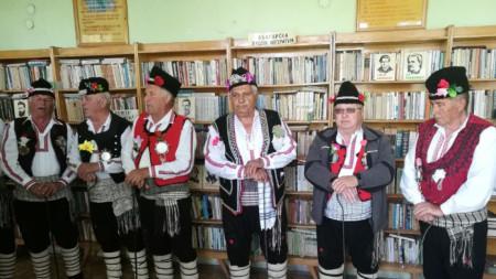Мъжката група на с. Радовец поддържа локалната коледарска традиция
