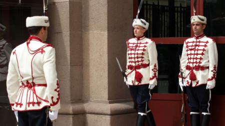 Жена гвардеец застана на караул пред президентството за първи път през 2014 г.