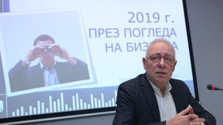 Председателят на Българската стопанска камара Радосвет Радев на пресконференцията в София за представяне на проучването.