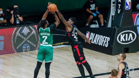 Браун от Бостън стреля към коша на Торонто.