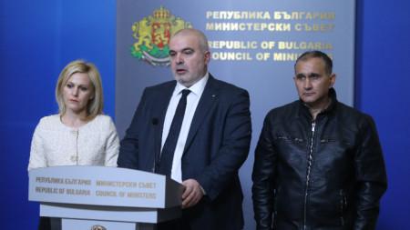 Депутатът от ГЕРБ Маноил Манев (в средата) с бащата на убитата Андрея от Галиче - Асен Руменов, и Сийка Милева - говорителката на главния прокурор
