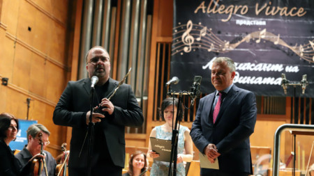 """Найден Тодоров (вляво) говори на церемонията след получаване на приза """"Музикант на 2018 година"""" от генералния директор на БНР Александър Велев."""