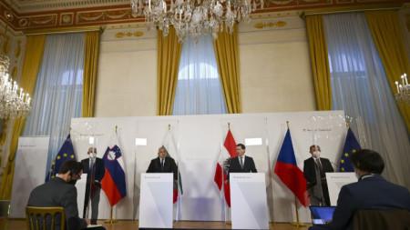 Бойко Борисов и Себастиан Курц (двамата в средата) на пресконференцията във Виена.