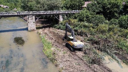 Започна аварийното почистване на коритото на река Янтра във Велико Търново