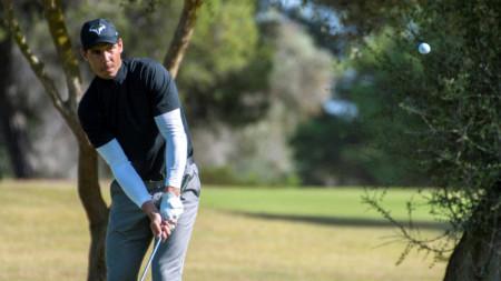 Рафаел Надал показа, че е умел и с голф клъбовете.