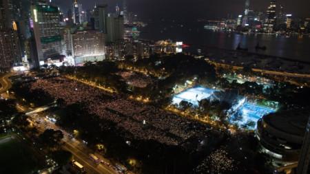 """Десетки хиляди се включиха в Хонконг, Китай, в бдението за отбелязване на 30-ата годишнина от смазването на протестите на площад """"Тянанмън"""" в Пекин. Хонконг и Макао са единствени места в Китай, където подобни бдения са позволени."""