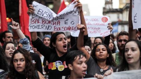 Стотици хиляди преподаватели и студенти излязоха по улиците на големите градове в Бразилия.