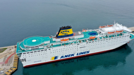 "Корабът ""Елефтериос Венизелос"", закотвен край Пирея, 03 април 2020 г."