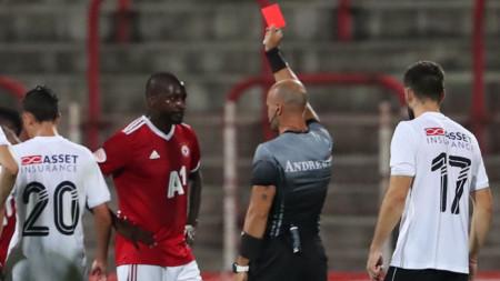 Юнус Санкаре от ЦСКА София получава червен картон от съдията Петър Костадинов за две нарушения срещу футболисти на Славия