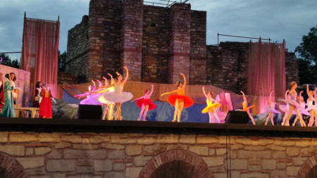 """Балетът """"Спящата красавица"""" на Старозагорската опера в крепостта """"Царевец""""."""