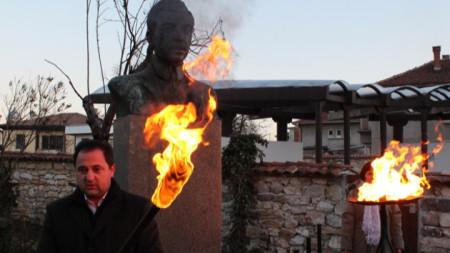 С факелно шествие пренасят символичния огън на Яворовата поезия от къщата-музей до паметника на поета в градския парк в Чирпан.