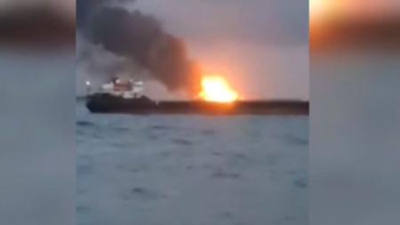Пожарът, засегнал два кораба в Керченския пролив, принудил членове на екипажа да скачат зад борда