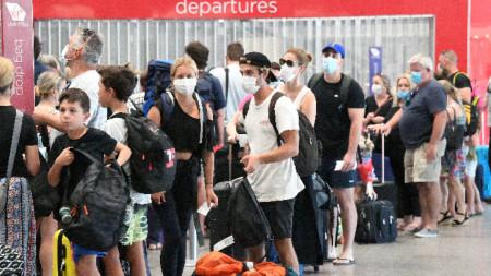 Пасажери се готвят да напуснат Брисбън на летището в града, 29 март 2021 г.