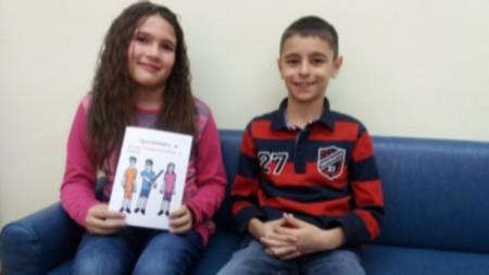 """Лора Русанина и Евгени Генчев с книгата си """"Приключенията на Момчето мандарина, Лора и Евгени"""""""