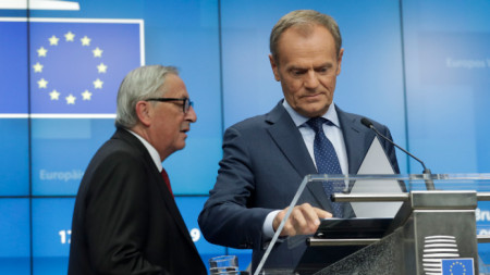 Жан-Клод Юнкер (вляво) и Доналд Туск по време на пресконференция в Брюксел за споразумението със Великобритания
