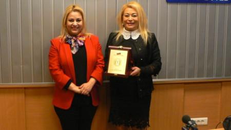 Доц. д-р Ана Джумалиева връчва наградата на Анелия Торошанова в студиото на