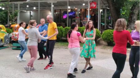 Танцови срещи на открито в парк