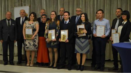 """Георги Баев (в средата), носител на наградата """"Еврика"""" за млад изобретател."""
