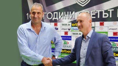 Херо се ръкува с изпълнителния директор на Берое Илко Русев.