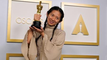 """Родената в Пекин Клоуи Чжао  получи """"Оскар"""" за най-добър режисьор за """"Земя на номади"""", който бе обявен и за най-добър филм."""