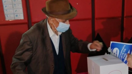 100-годишният Христо Филипов на втория кръг от изборите за кмет на село Ясен.