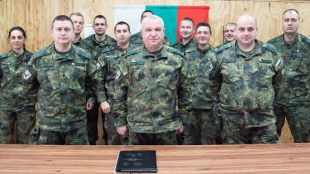 """Официална церемония по предаване и приемане на отговорностите между 41-ия и 42-ия български контингенти в база """"Летище Баграм""""."""