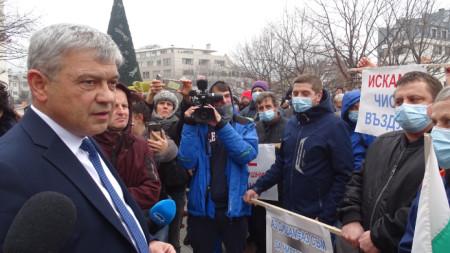 Протестиращи разговарят с кмета Румен Томов.