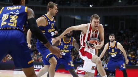 Везенков (с топката) и Олимпиакос ще играят във втора дивизия.
