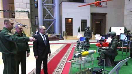 Преди заседанието на колегията Владимир Путин разгледа най-ново образци на въоръжение.