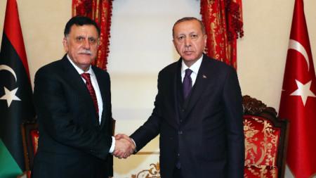 Либийският премиер Файез ал-Сарадж и турският президент Реджеп Ердоган.