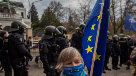 Протест пред руското посолство в Прага