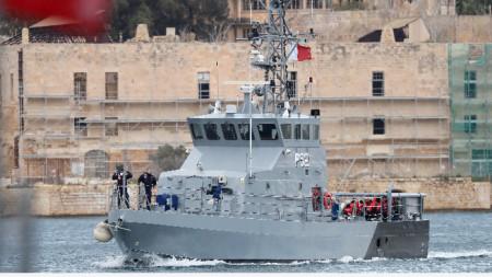 Малтийски военен кораб кара мигранти в пристанище на островната държава