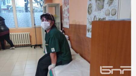 Медицинската сестра Златина Парушева е първата ваксинирана в УМБАЛ-Бургас