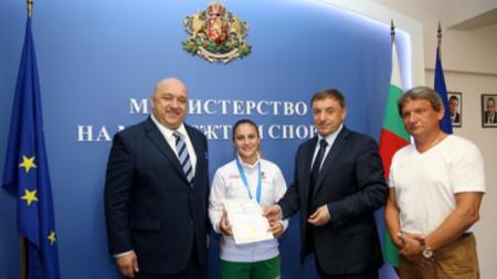 Кралев с шампионката в каратето Ивет Горанова и президентът на федерацията Алексей Петров.
