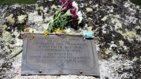 На мястото, където на 18 април 1988 г. Людмил Янков и неговата свръзка Стоян Наков загинаха при тренировъчен лагер на националния ни отбор по алпинизъм, втора тераса на Камилата, има паметна плоча.