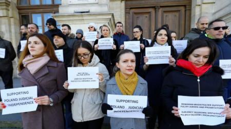 Румънски магистрати протестираха по-рано този месец в подкрепа на полските си колеги, чиято независимост е застрашена от управляващите във Варшава.