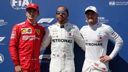 Люис Хамилтън (в средата) ще стартира първи за Гран При на Франция