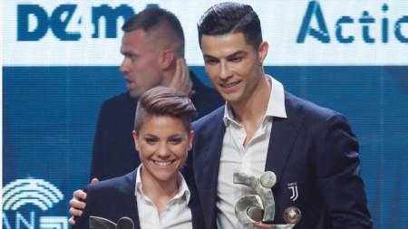 Кристиано Роналдо и Мануела Джулиано позират с наградите си в Милано.