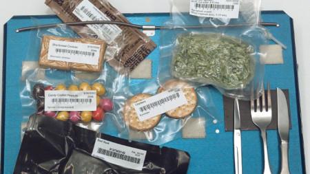 Храни на борда на космическата совалка, сервирани на поднос